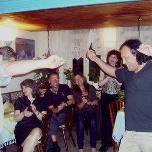 Fernando aus Peru tanzt griechisch